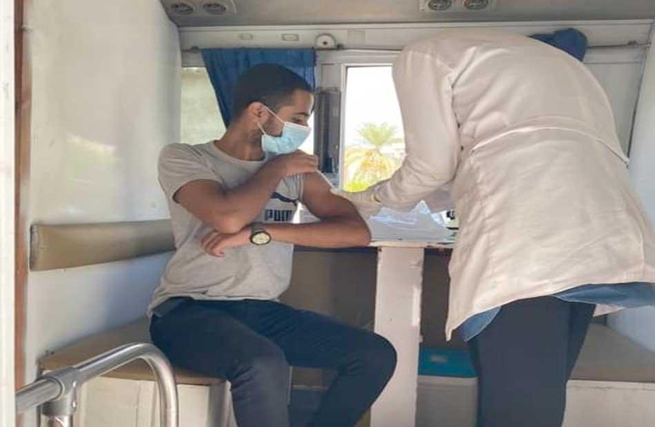 الفرق المتنقلة تواصل تطعيم المواطنين بلقاح كورونا في مدينة رأس غارب
