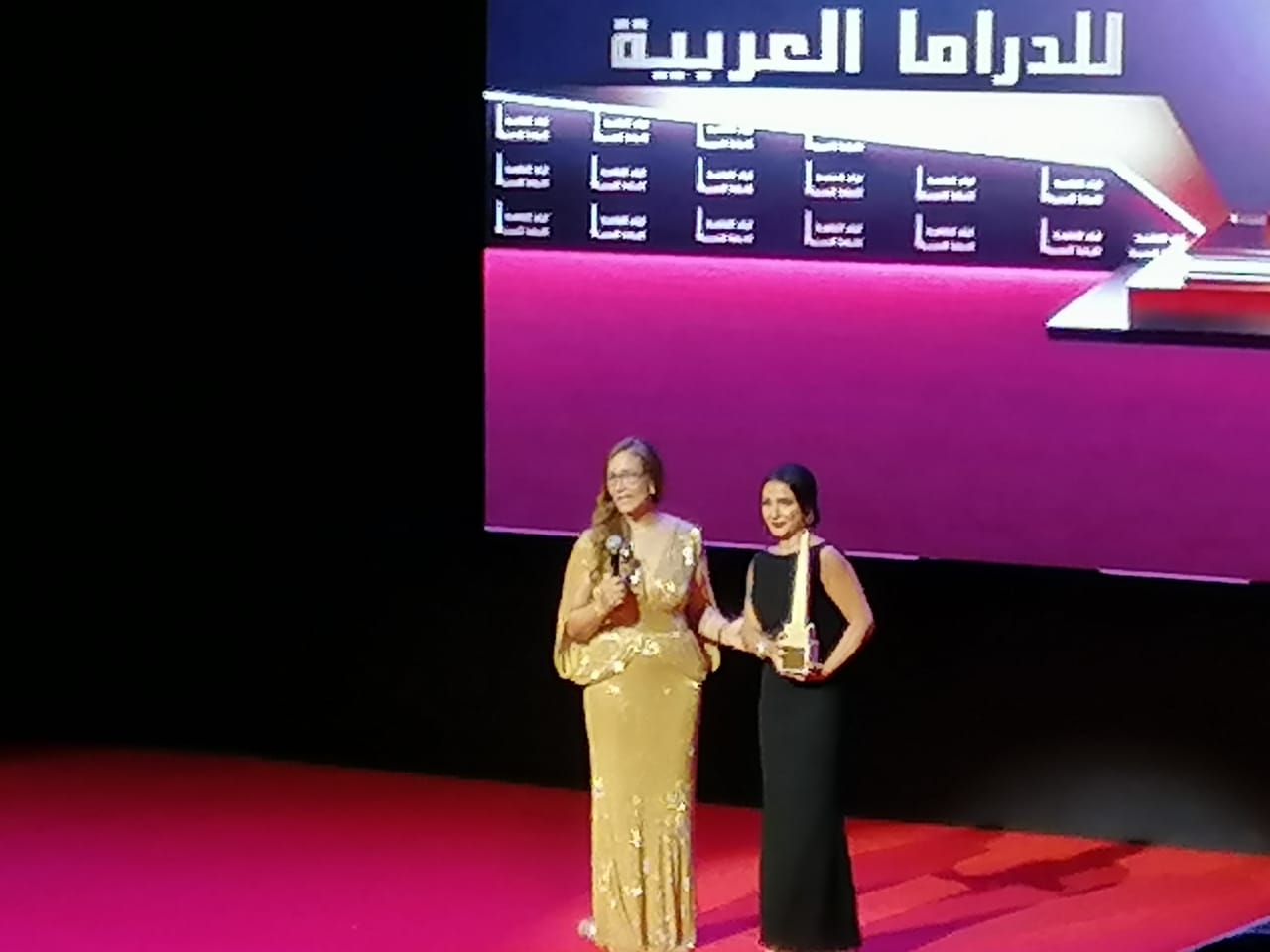 روجينا تهدي جائزة أول بطولة نسائية لزوجها وأولادها وتشكر أيام القاهرة للدراما العربية