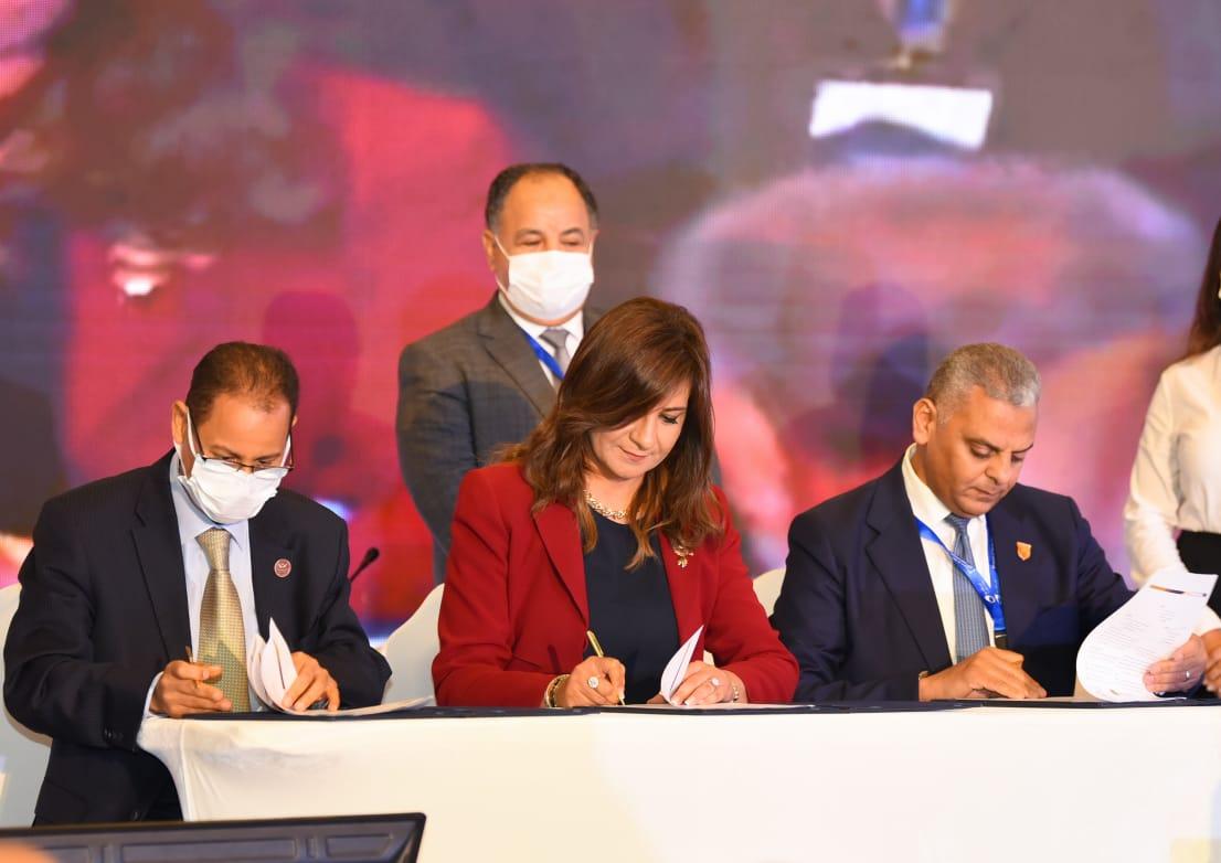 الهجرة  تكشف تفاصيل أول وثيقة تأمين للمصريين بالخارج  صور