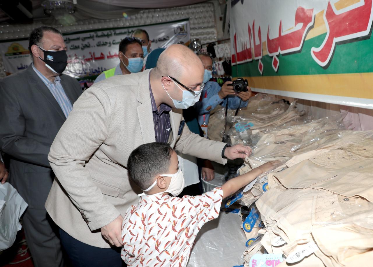 معرض لتوزيع الزي المدرسي للأسر الأولى بالرعاية في بني سويف |صور