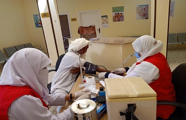 توقيع الكشف الطبي على  مواطنًا في قافلة طبية بوسط سيناء|صور