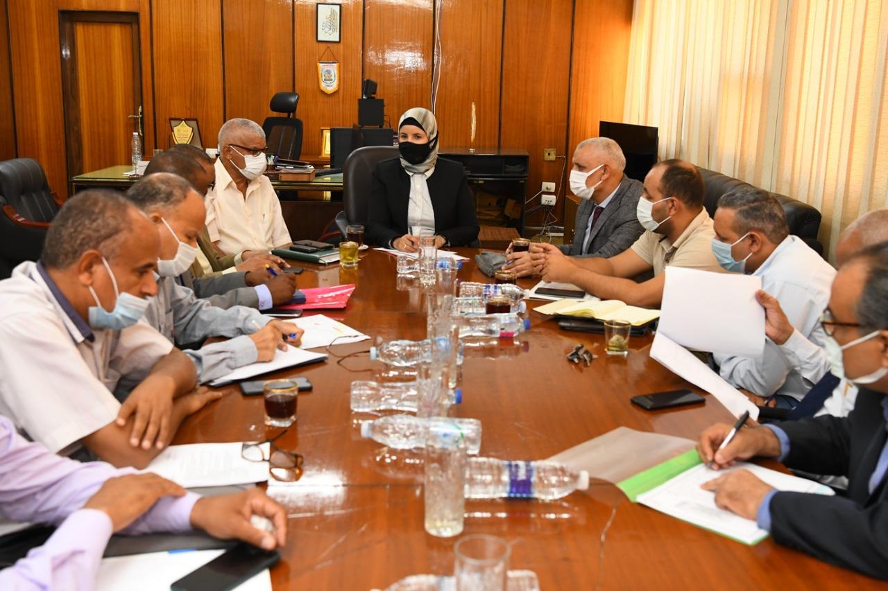 جانب من اجتماع المهندسة فاطمة إبراهيم  السكرتير العام المساعد للمحافظة