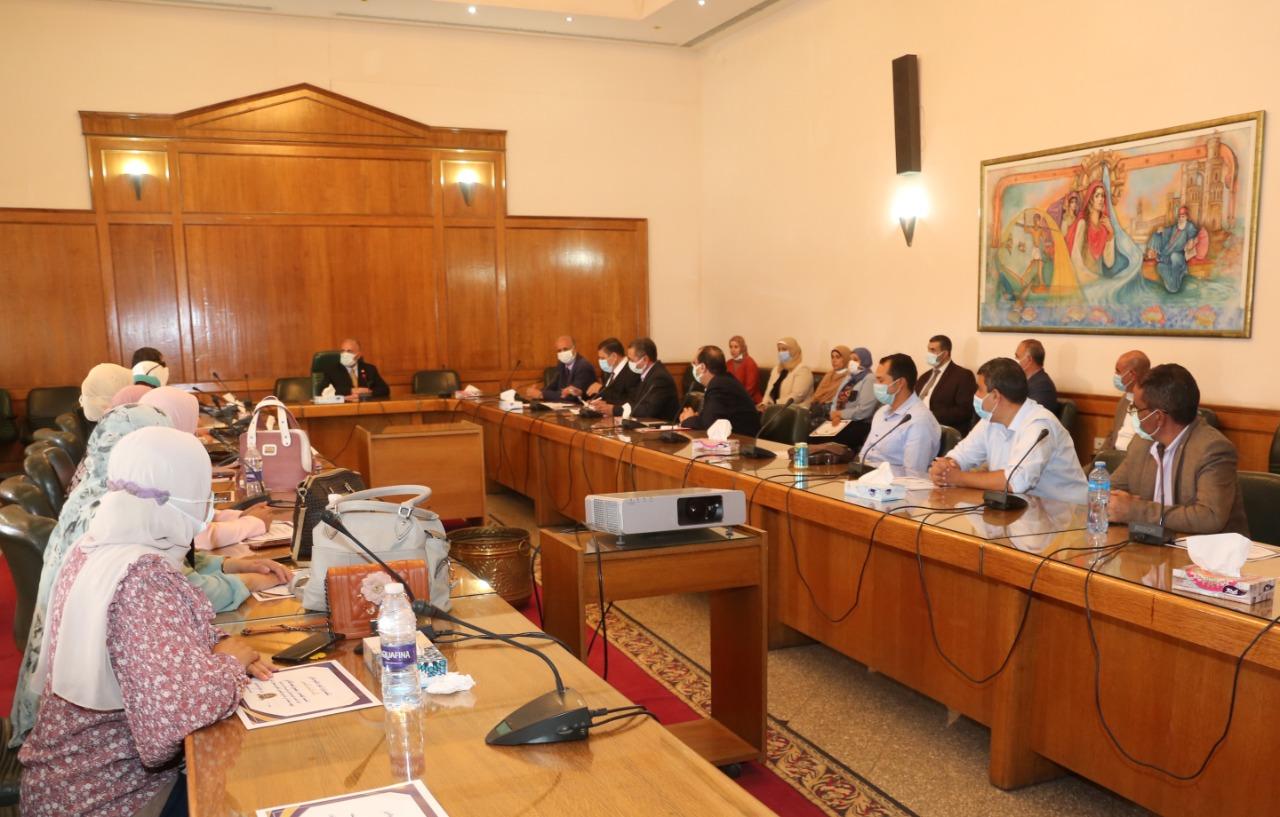 وزير الري يُكرّم عددا من المهندسين المشرفين على تأهيل الترع