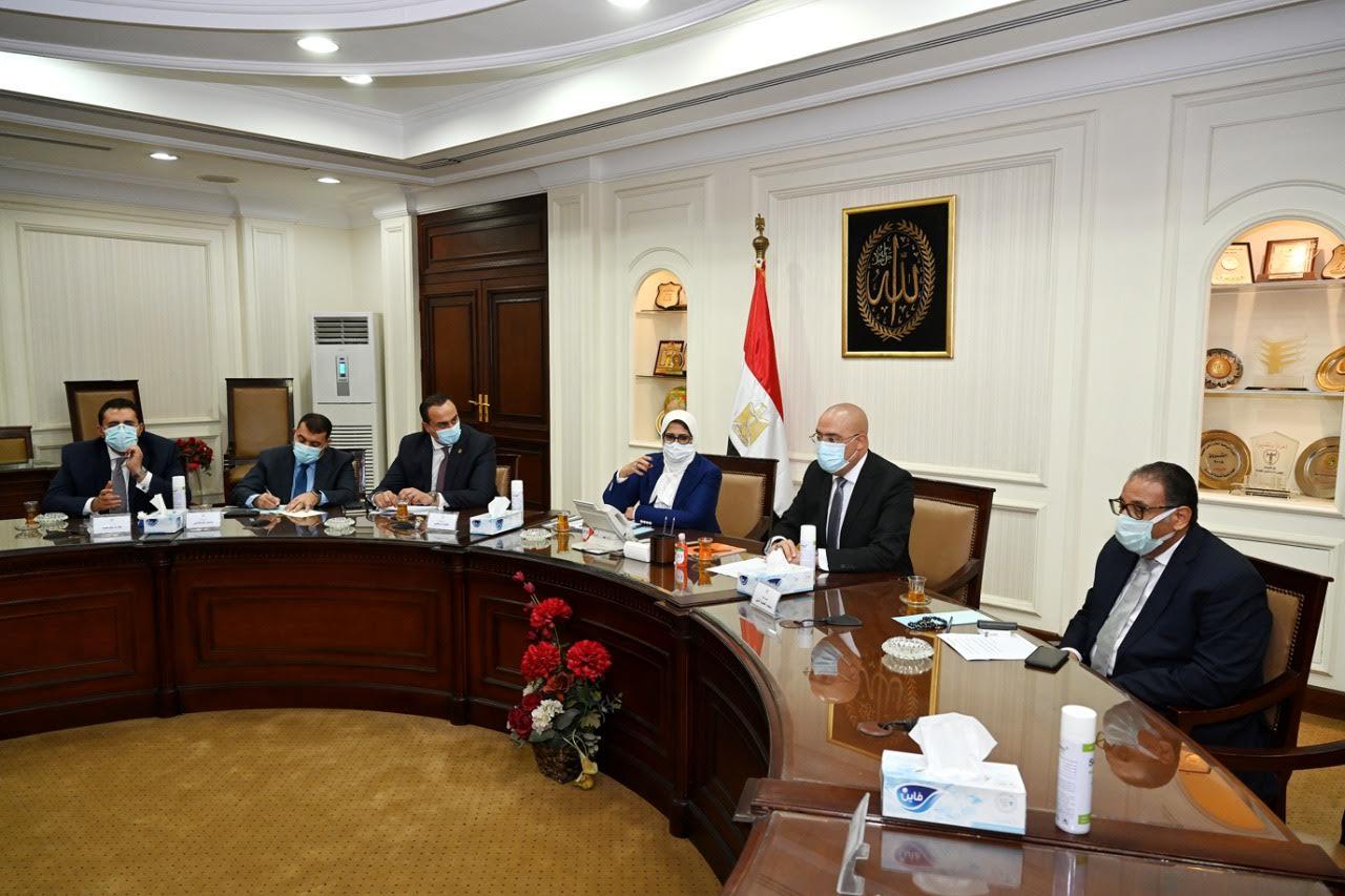 جانب من اجتماع الدكتورة هالة زايد وزيرة الصحة والسكان، والدكتور عاصم الجزار وزير الإسكان