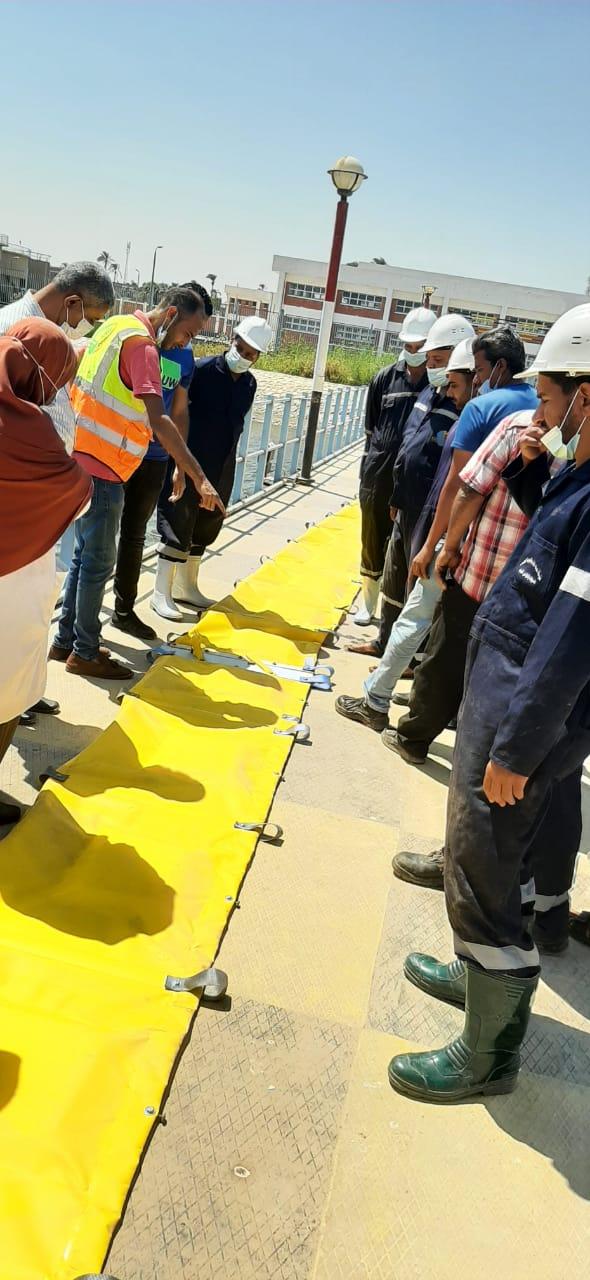 حواجز مطاطية وماصة للمواد البترولية في خمس محطات
