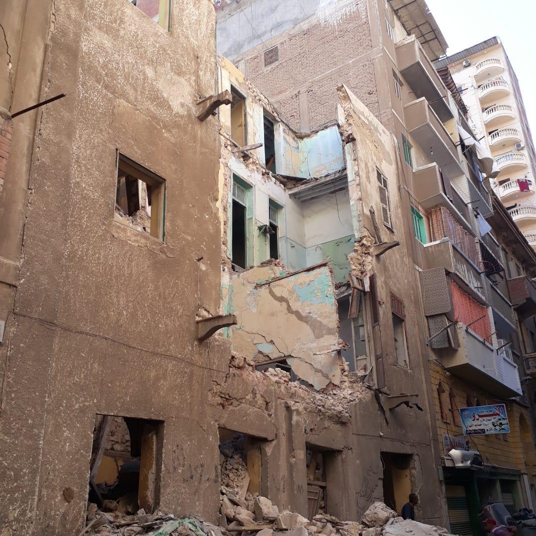 إزالة أجزاء داهمة الخطورة من عقارين غرب الإسكندرية