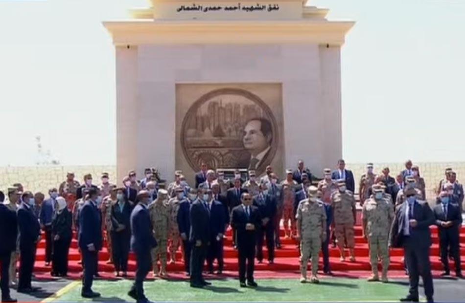 الرئيس السيسي يلتقط صورة تذكارية مع العاملين بالمشروعات القومية لتنمية شبه جزيرة سيناء