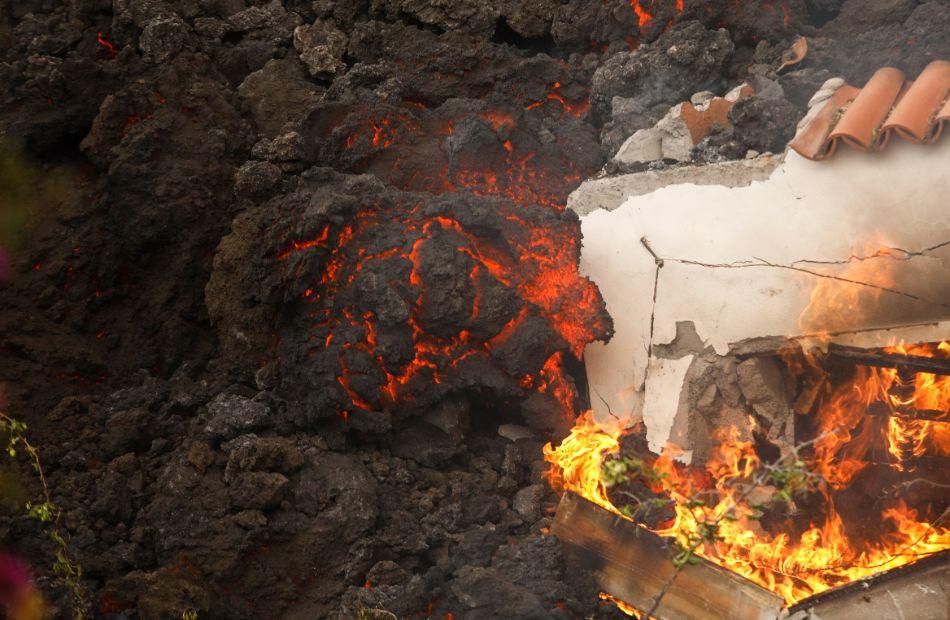 بركان جزر الكناري الحمم تصل المنازل وإغلاق المطار