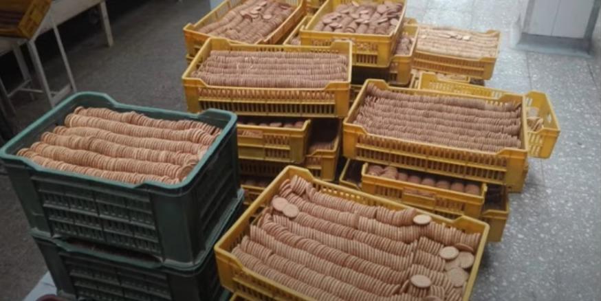 ضبط مصنع لإعادة تدوير  بسكويت كسر غير صالح للبيع  في حملة بالجيزة صور