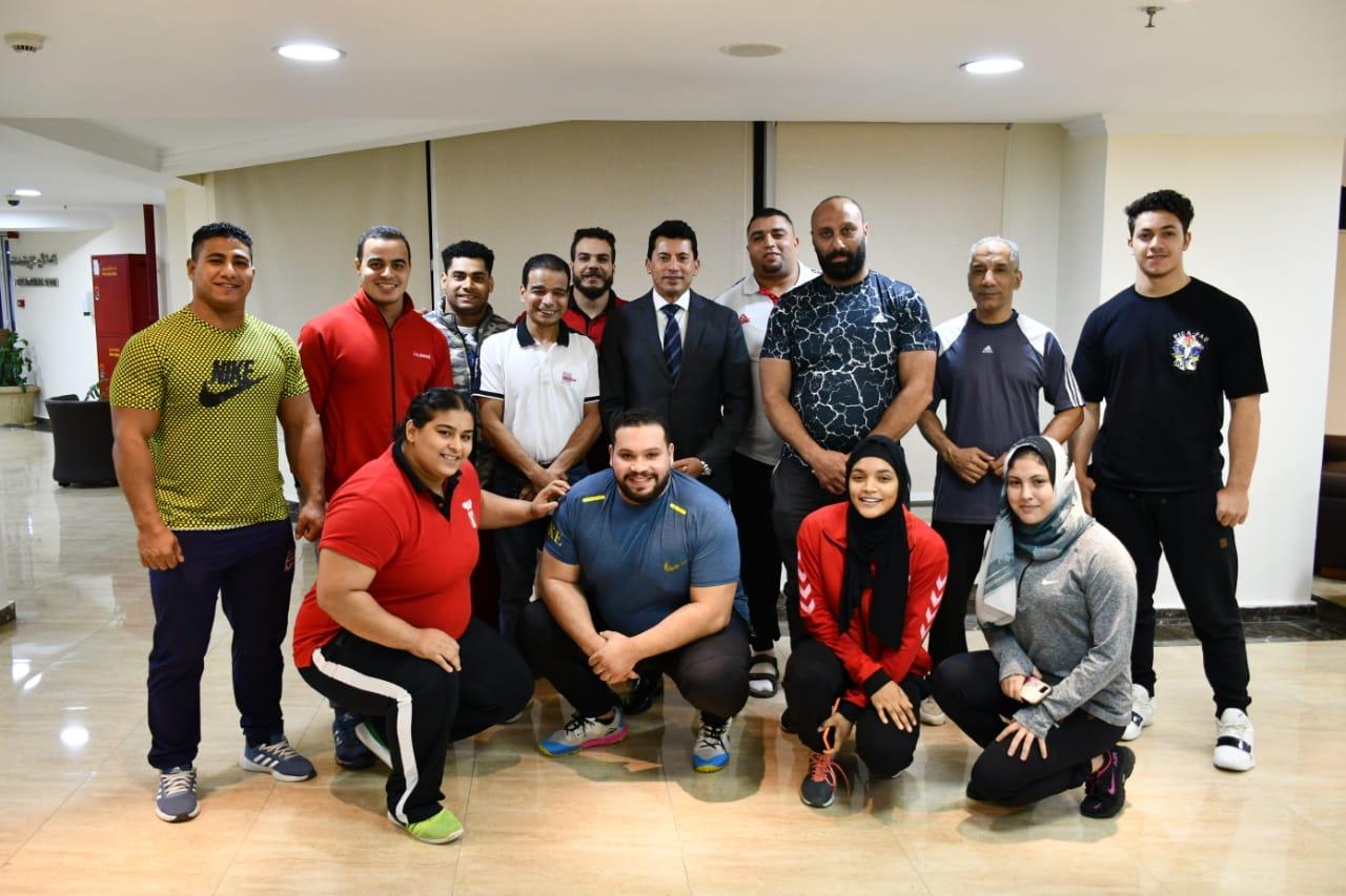 وزير الشباب والرياضة يلتقي عدد من لاعبي منتخب مصر لرفع الأثقال