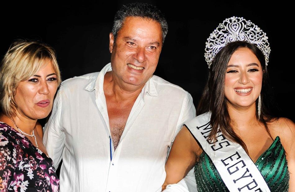 نادين الجيار ملكة جمال مصر  مع والديها