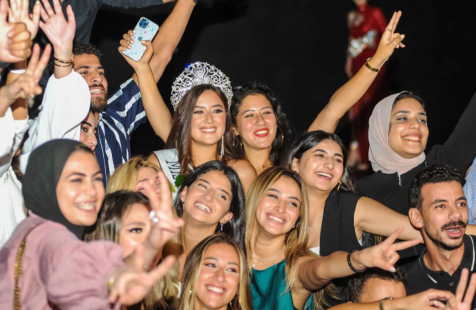نادين الجيار ملكة جمال مصر  مع اصدقائها