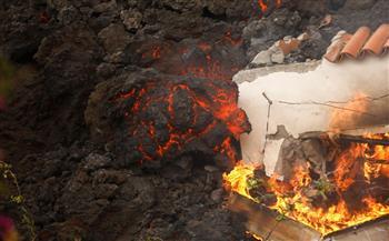 بركان-جزر-الكناري-الحمم-تصل-المنازل-وإغلاق-المطار