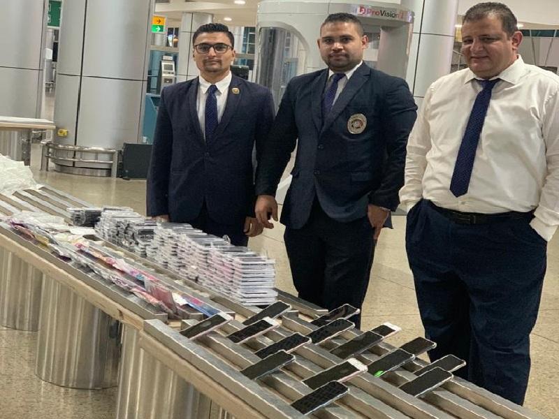 جمارك مطار القاهرة الدولي تضبط محاولة تهريب كمية من الهواتف المحمولة و الرموش الصناعية و مستلزماتها