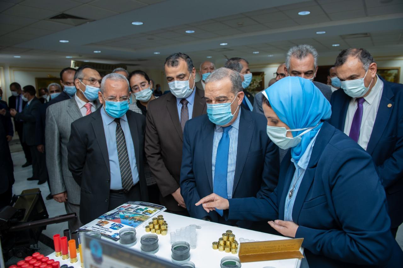 وزير الإنتاج الحربي يتفقد معروضات الوزارة المشاركة في  معرض الدفاع EDEX