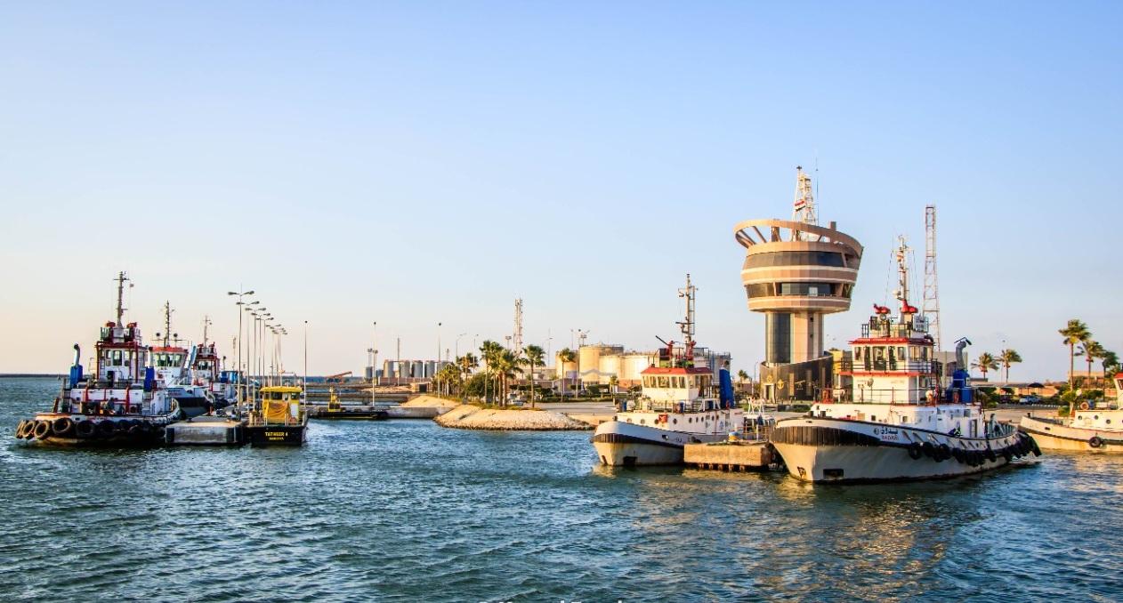 تداول بضائع وحاويات  سفينة متنوعة في ميناء دمياط