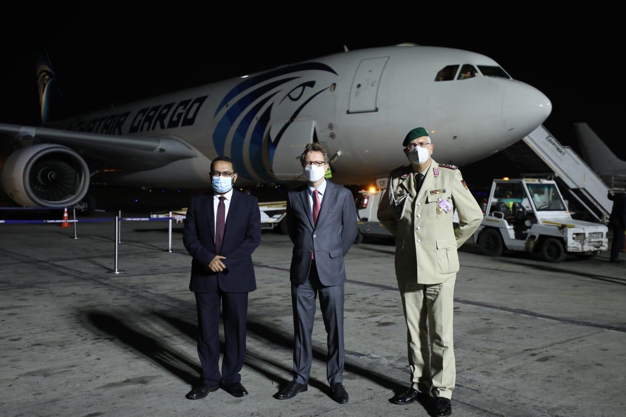 استقبال مليون و 500 ألف جرعة من لقاح أسترازينيكا بمطار القاهرة