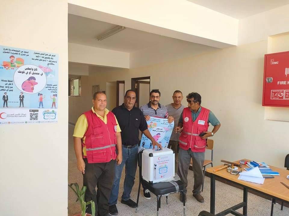 الهلال الأحمر يوزع صناديق إسعافات أولية وبوسترات توعية على مدارس الغردقة |صور