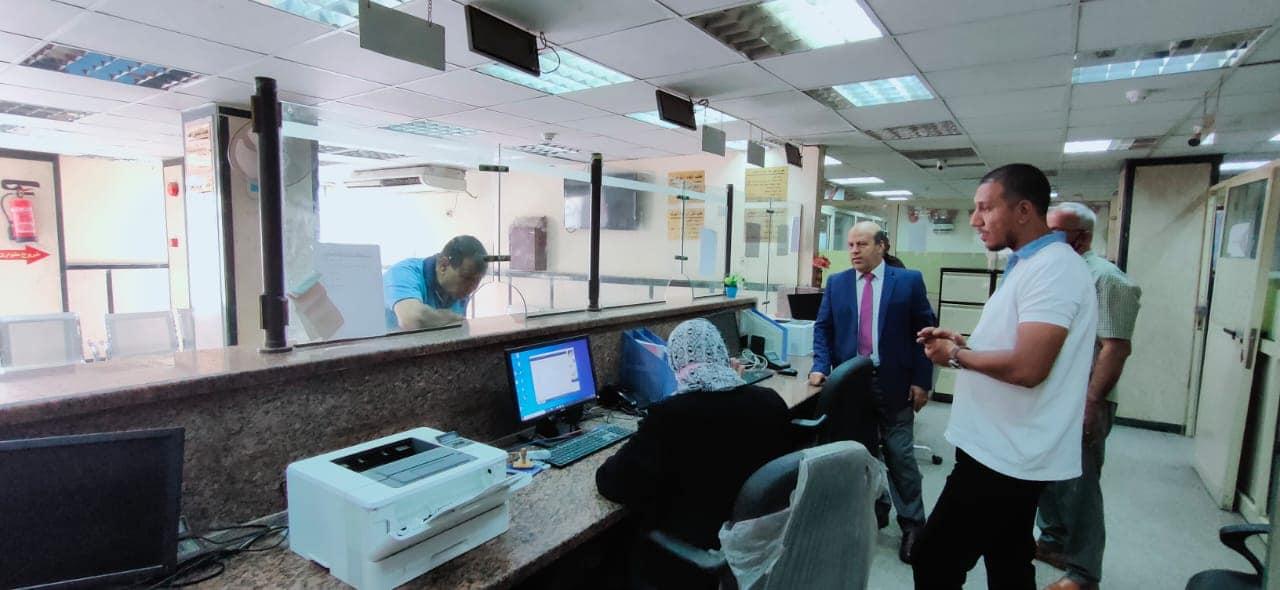 رئيس حي عين شمس يتواصل مع المواطنين ويعرفهم بتراخيص البناء الجديدة