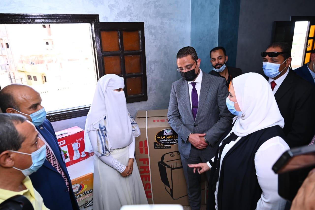 وزيرة التضامن تسلم  عروسين جهاز زفافهما من جمعية العباد المخلصين الخيرية