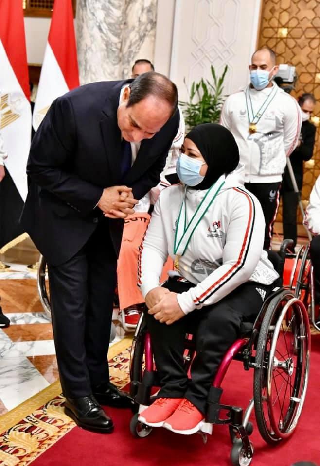 البطلة فاطمة عمر أثناء حديثها مع الرئيس السيسي