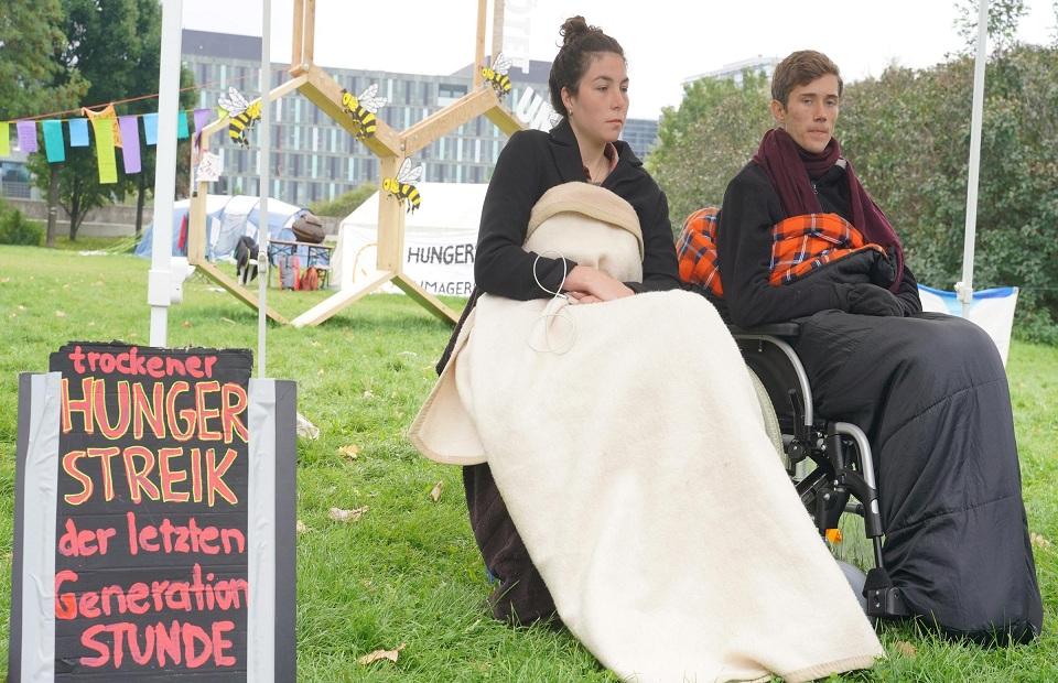 نشطاء المناخ في ألمانيا يوقفون إضرابهم عن الطعام