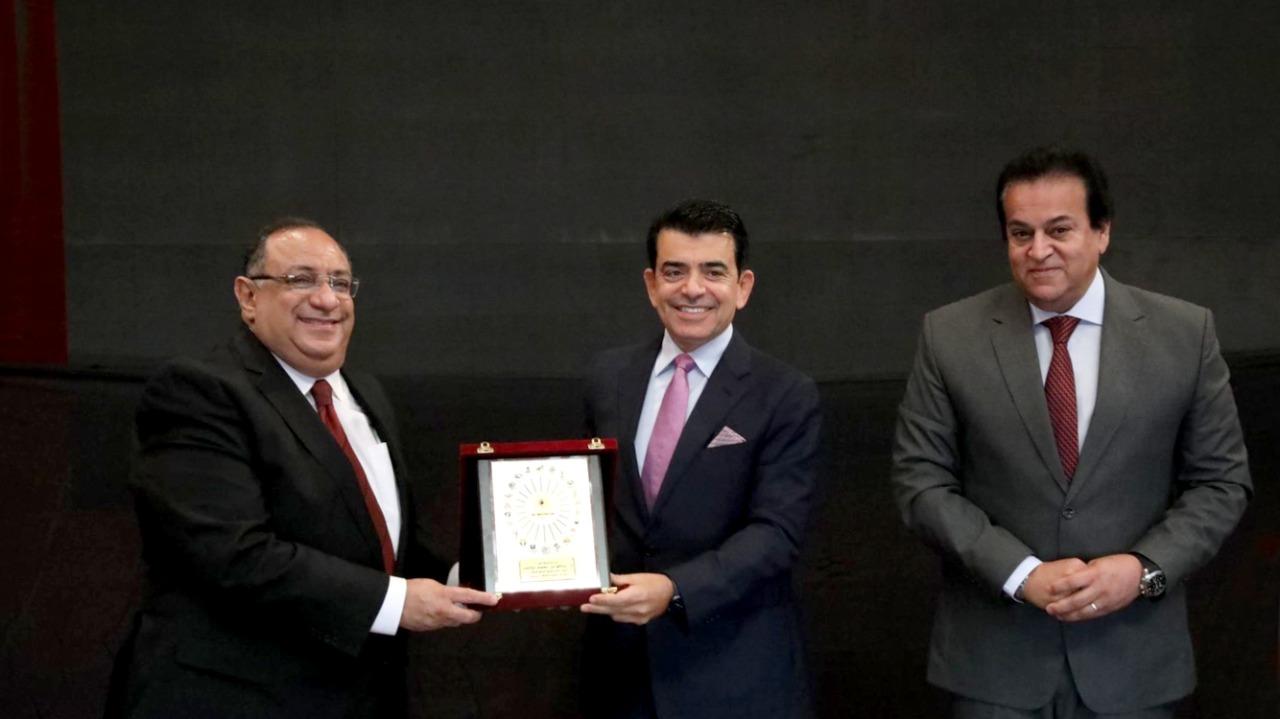 وزير التعليم العالي يمنح المدير العام للإيسيسكو درع المجلس الأعلى للجامعات المصرية