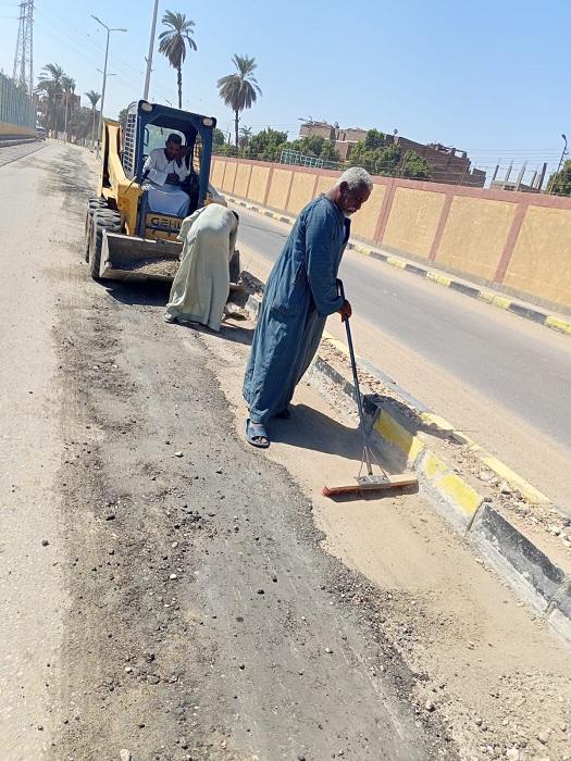رفع 40 طنًا من الأتربة والمخلفات الصلبة بمدينة إسنا