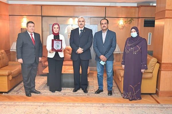 رئيس جامعة الفيوم يكرم لبنى صالح وأميرة شعبان لتفوقهما وكفاحهما العلمي | صور
