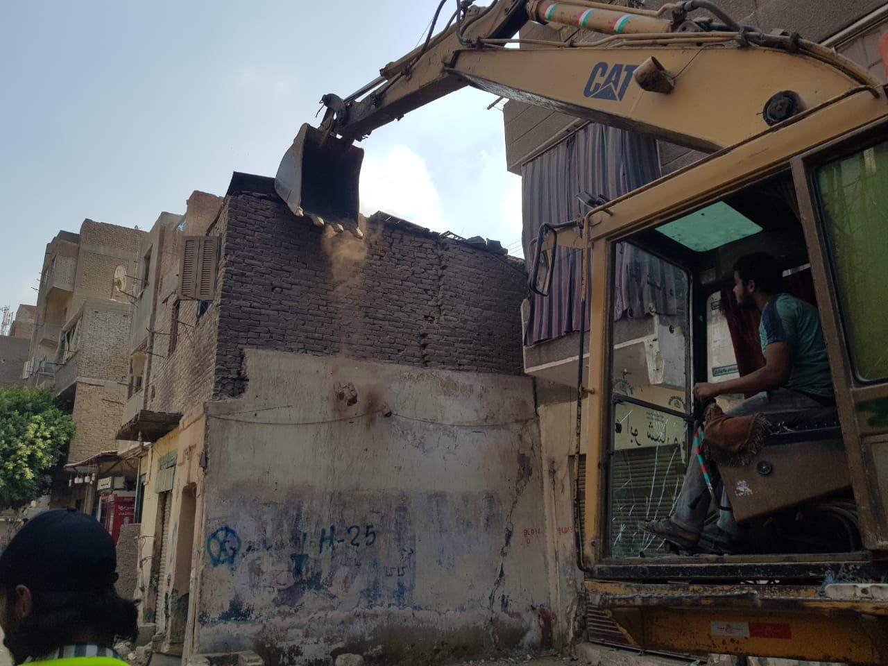 إزالة مخالفات بناء وتعديات على الطرق في بولاق الدكرور  صور