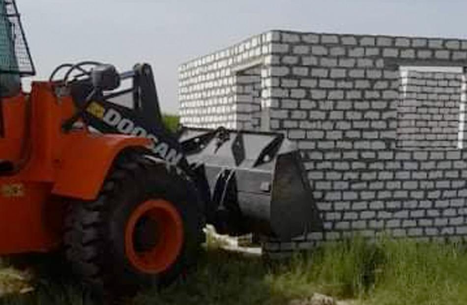 رصد  مخالفات بالتعدي على أرض زراعية بمدينة أرمنت في الأقصر   صور