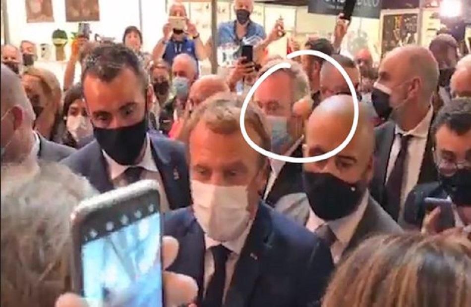 ماكرون  يتعرض للهجوم  بجسم غريب  و الرئيس الفرنسي يرد  إذا كان لديه ما يقوله لي فليأت   فيديو
