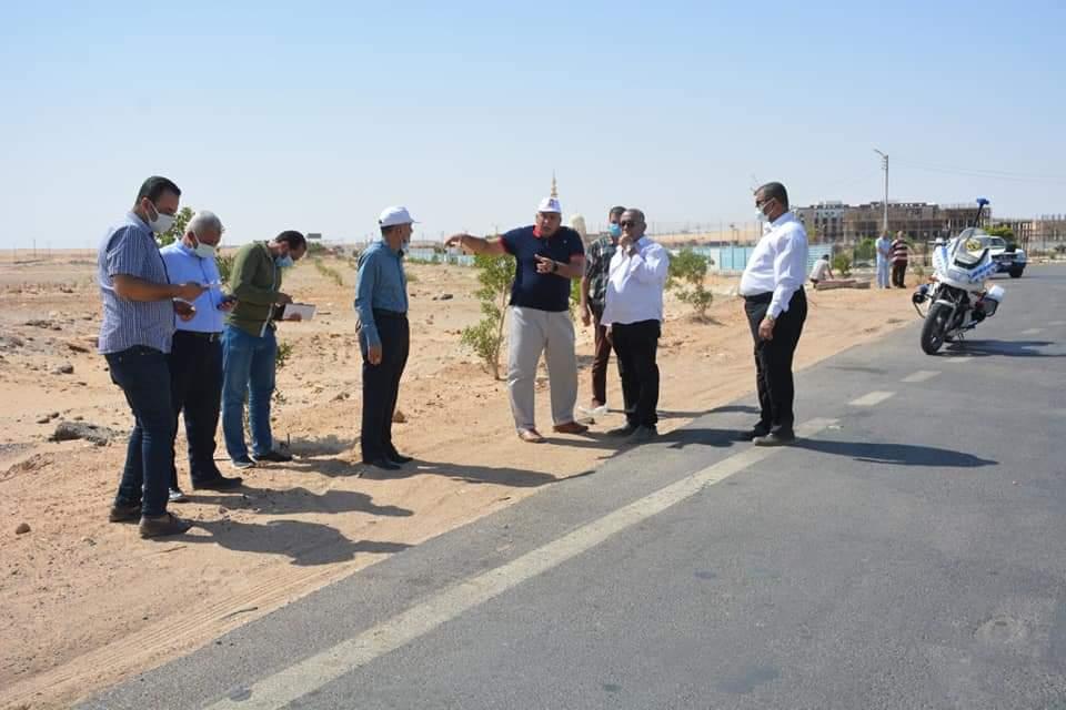 محافظ الوادي الجديد يتابع إنشاء الطرق بالخارجة | صور