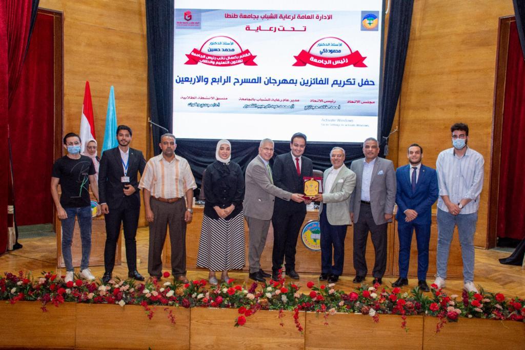 رئيس جامعة طنطا يكرم الفائزين بالمهرجان المسرحي واتحاد الطلاب | صور
