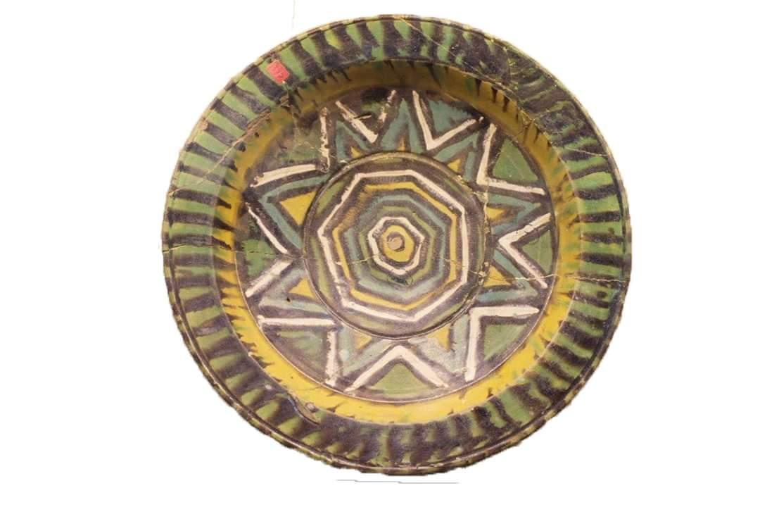 طبق مصنوع من الخزف عليه زخارف وأشكال هندسية تحفة شهر سبتمبر بمتحف كوم أوشيم|صور