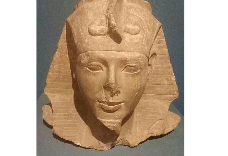 تميمة من الحجر الجيري على هيئة المعبودة إيزيس قطعة شهر سبتمبر بمتحف آثار بني سويف