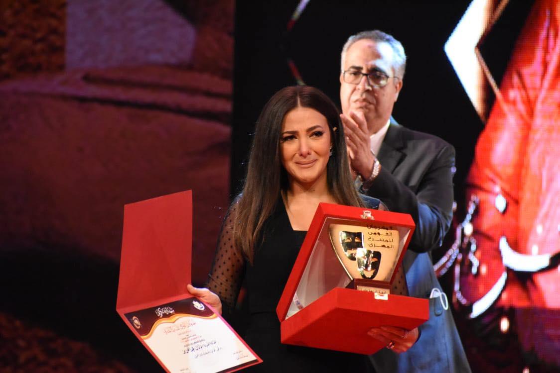 دنيا سمير غانم تتسلم تكريم والديها باكية في افتتاح  القومي للمسرح   حبكم هو اللي مصبرنا على فراقهم  | صور