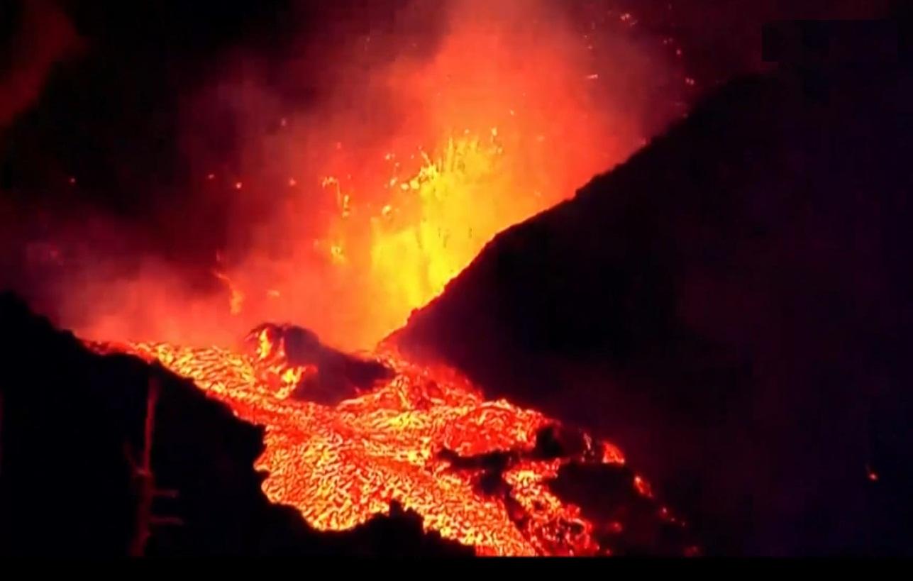 تدفق الحمم مجددا من بركان لا بالما في إسبانيا بعد توقفها لبرهة قصيرة