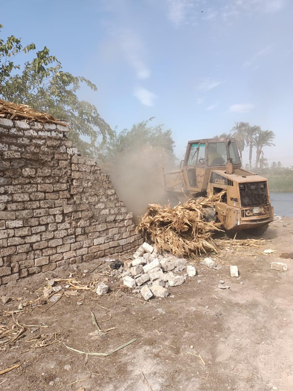 إزالة 24 حالات تعد واسترداد 2031 مترا مربعا من أملاك الدولة بأبوتيج