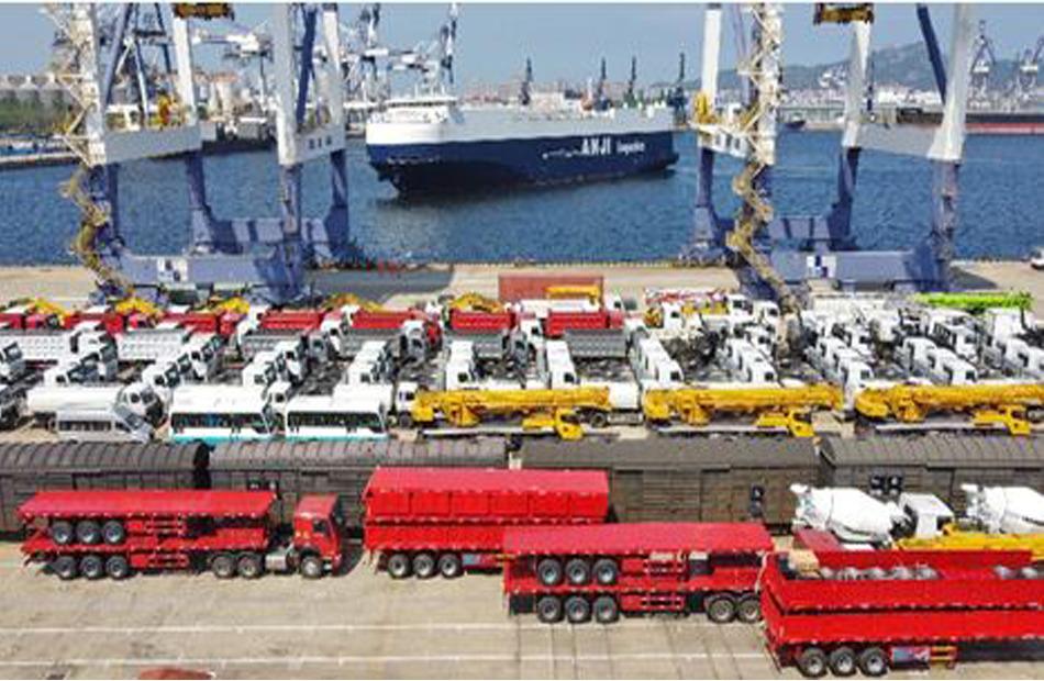 سبتمبر 2021 عددا كبيرا من المركبات في ميناء يانتاى بمقاطعة شاندونغ والتي سيتم شحنها إلى الخارج