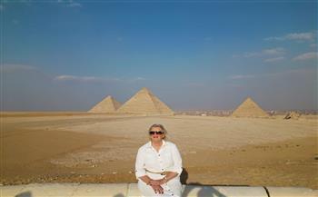 وزيرة الهجرة الهولندية تلتقط الصور التذكارية بمنطقة الأهرامات