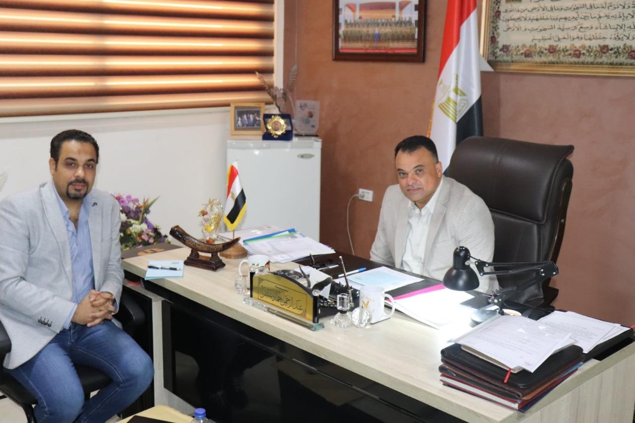 اللواء عبد الرحمن شلش وكيل وزارة الشباب والرياضة بالجيزة مع محرر بوابة الأهرام