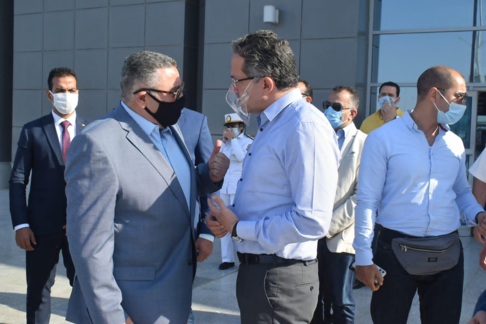 محافظ البحر الأحمر يستقبل وزير السياحة بمطار الغردقة الدولي