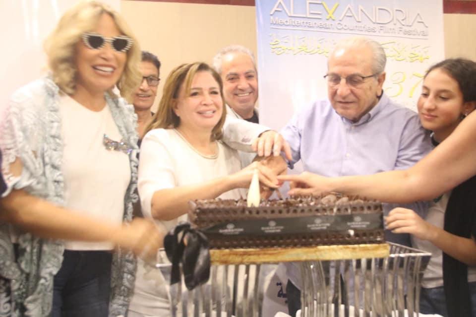 الهام شاهين تحتفل بعيد ميلاد المخرج علي بدرخان
