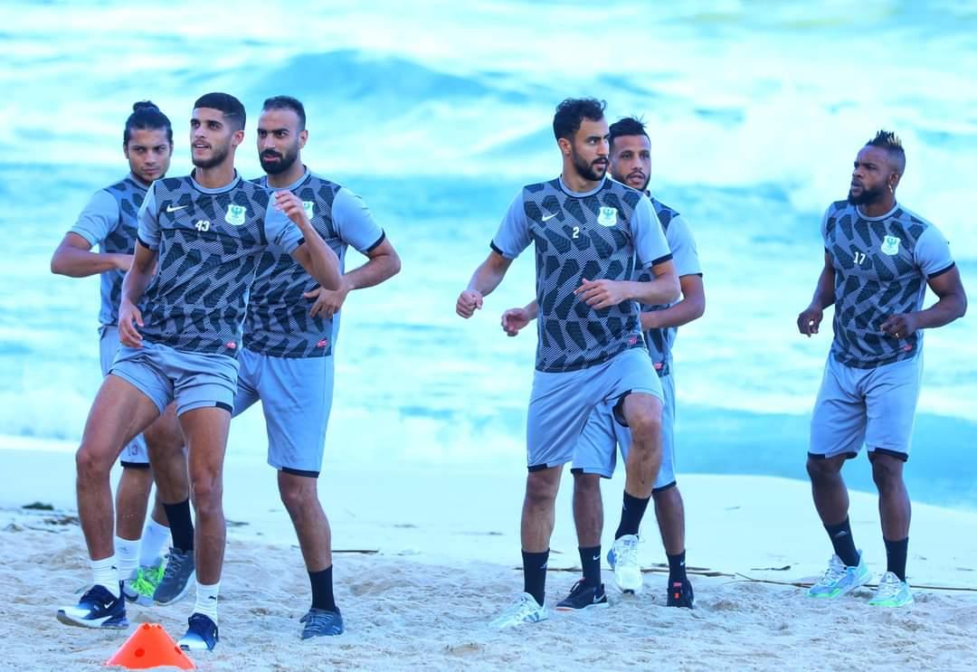 المصري يؤدي مرانه الصباحي على أحد شواطئ الإسكندرية