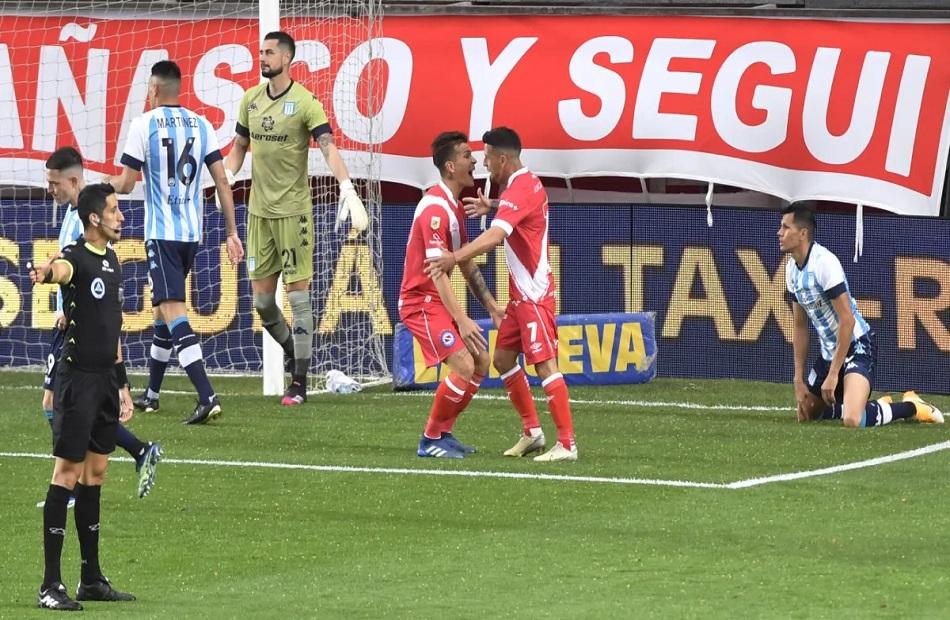 أرجنتينوس جونيورز يفوز على راسينج في الدوري الأرجنتيني
