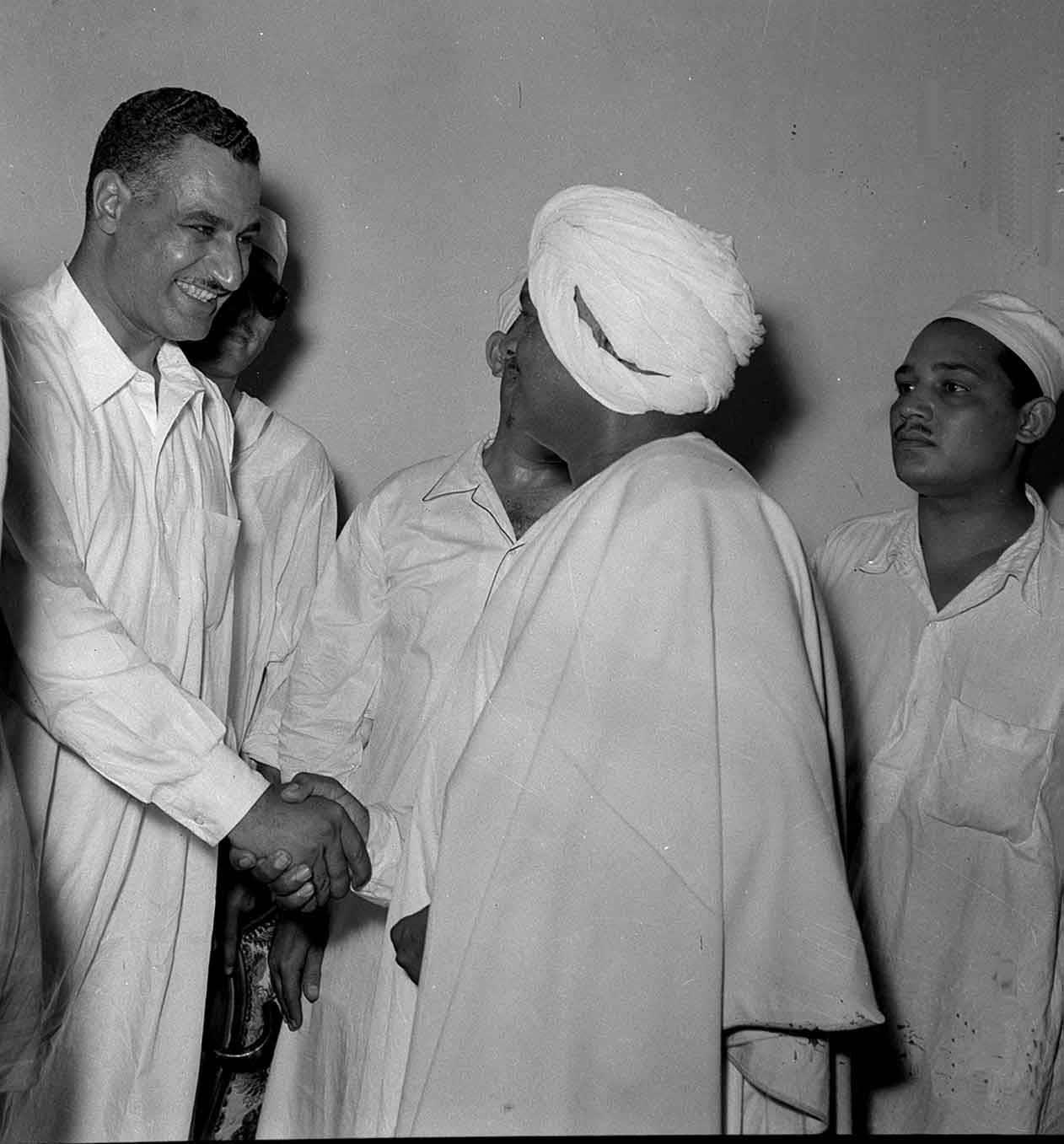 الزعيم الراحل جمال عبد الناصر يرتدى الجلباب