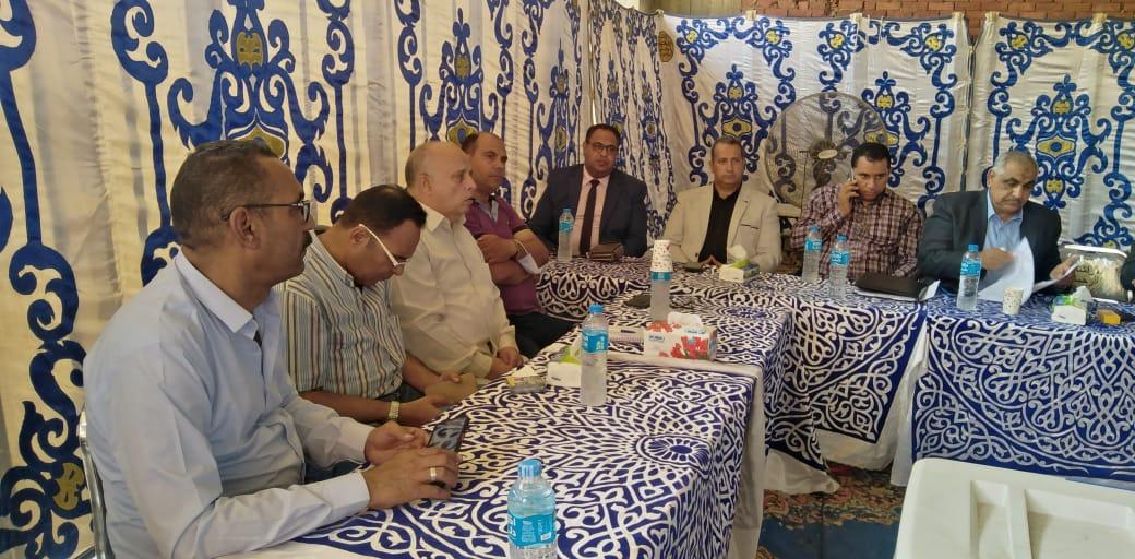 مصطفي الديب نقيب المعلمين ببني سويف خلال المؤتمر الصحفي
