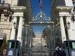 فرنسا رحلت أكثر من  أجنبي مشتبه في تطرفهم منذ عام