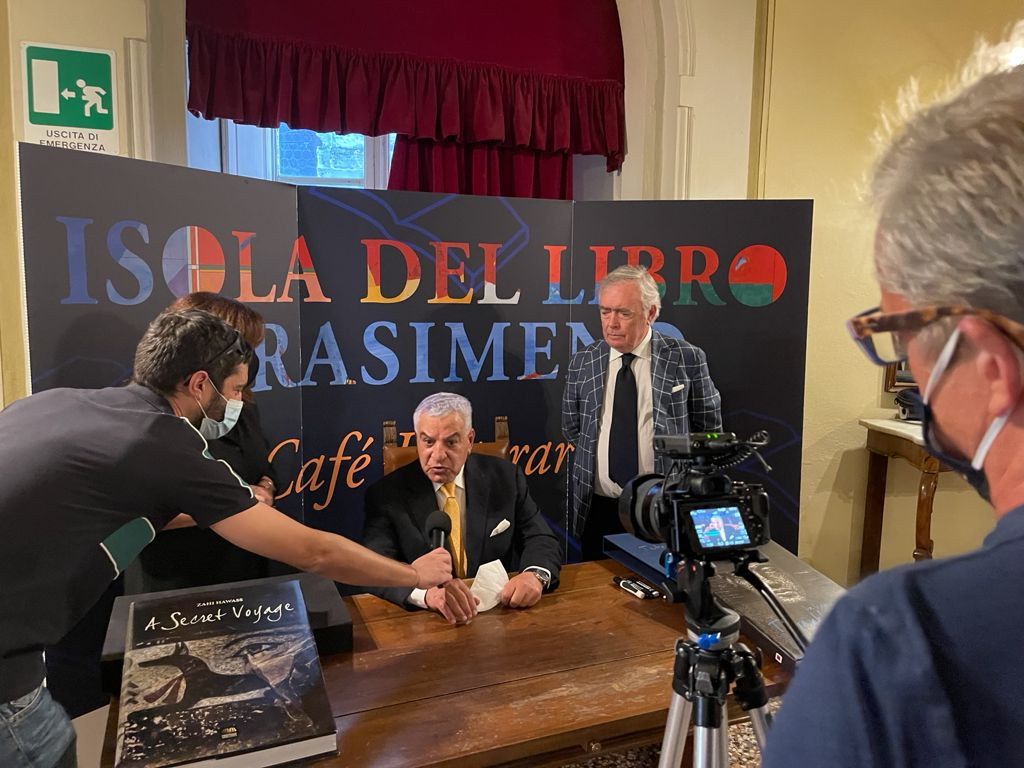 مدينة كورتونا الإيطالية تختار زاهي حواس رجل العام